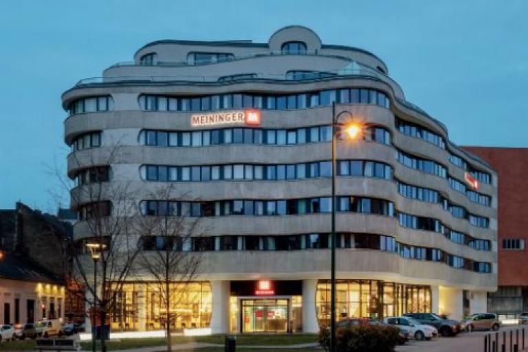 A szerves építészet és a modernista vonulat formavilágának kézfogása